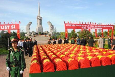 Truy dieu, cai tang hai cot liet si quan tinh nguyen va chuyen gia Viet Nam - Anh 1