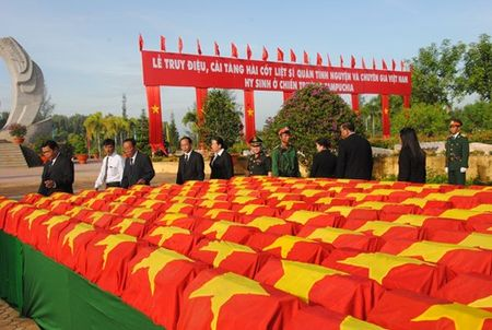 Truy dieu, cai tang hai cot liet si quan tinh nguyen va chuyen gia Viet Nam - Anh 4