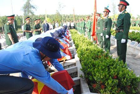 Truy dieu, cai tang hai cot liet si quan tinh nguyen va chuyen gia Viet Nam - Anh 7