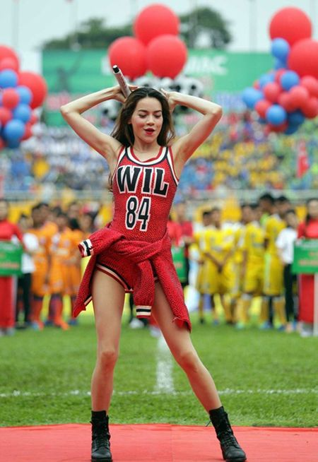 Ha Ho bi to gia om de tron tranh du luan sau scandal tinh ai - Anh 1