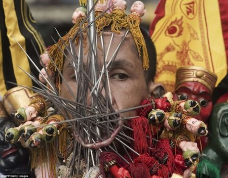 Rung minh canh hanh xac trong le hoi an chay o Thai Lan - Anh 8