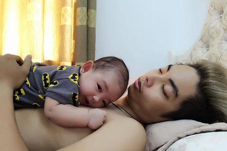 Nhung khoanh khac dang yeu cua Phan Hien ben con trai - Anh 7