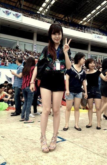 Hot girl fan MU Tu Linh khac la voi mai toc dai - Anh 12
