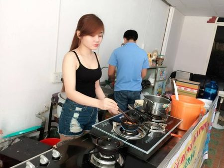 Say nang ve xinh xan cua hot girl ban chao, rua bat - Anh 2