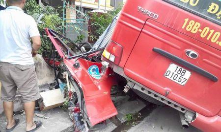 Nam Dinh: Va cham cong nong, xe buyt tong thang cot dien - Anh 2