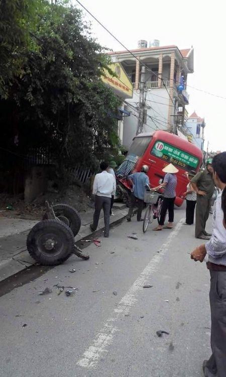 Nam Dinh: Va cham cong nong, xe buyt tong thang cot dien - Anh 3