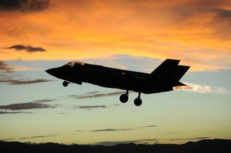 Lieu Canada co tu bo viec mua may bay F-35? - Anh 1