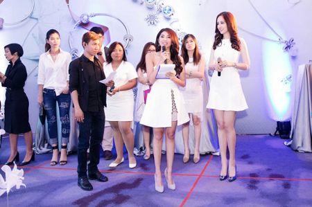 """Mai Phuong Thuy """"chuong"""" mot dam ngan khoe chan dai thang tap - Anh 12"""