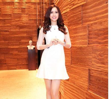 """Mai Phuong Thuy """"chuong"""" mot dam ngan khoe chan dai thang tap - Anh 1"""