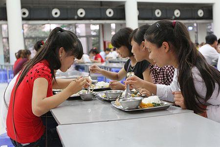 """Com ca """"ban"""" de doa tinh mang cong nhan: Cong doan giam sat chat luong bua an cua NLD - Anh 1"""