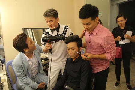 Dam Vinh Hung bat ngo tu tay trang diem, lam toc cho Hoai Linh - Anh 3