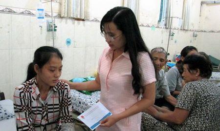 Tang qua cho cong nhan bi ngo doc - Anh 1