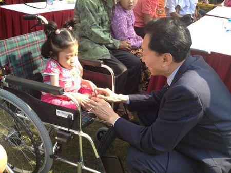 Cuu Thu tuong Nhat Ban trao tang 50 xe lan o Viet Nam - Anh 2