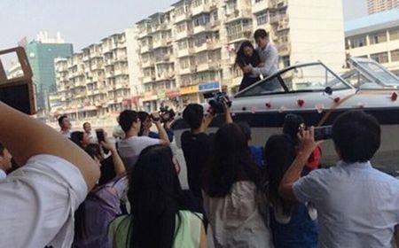 Thanh nien cau hon tren du thuyen van bi phu phang tu choi - Anh 1