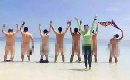 Malaysia bat giu du khach Trung Quoc chup khoa than tren bai bien - Anh 2