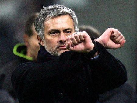 Mourinho: Cuoi mia, chi trich trong tai va bi duoi len khan dai - Anh 1