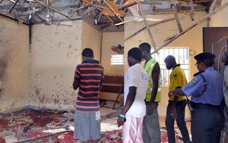 Hon 120 nguoi thuong vong trong vu danh bom nha tho Hoi giao Nigeria - Anh 1