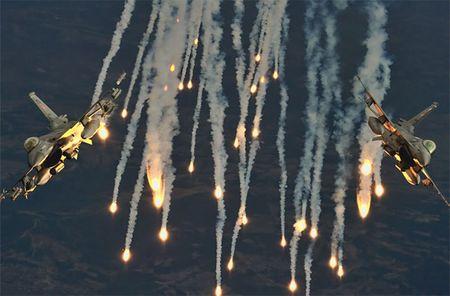 Mo xe tiem kich F-16 TNK ban ha may bay Su-24 Nga - Anh 10