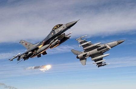 Mo xe tiem kich F-16 TNK ban ha may bay Su-24 Nga - Anh 4