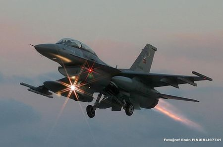 Mo xe tiem kich F-16 TNK ban ha may bay Su-24 Nga - Anh 9