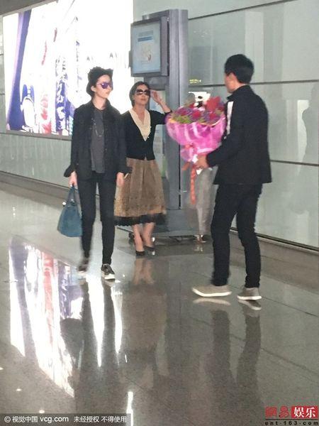 Luu Diec Phi kho vi fan cuong deo bam cau hon - Anh 1