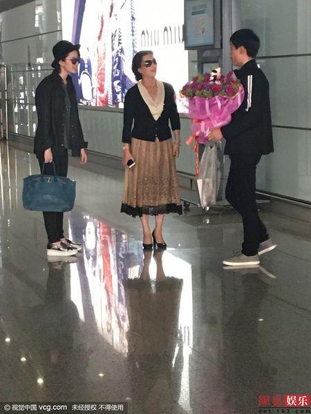 Luu Diec Phi kho vi fan cuong deo bam cau hon - Anh 2