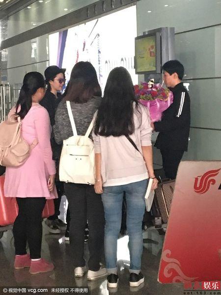 Luu Diec Phi kho vi fan cuong deo bam cau hon - Anh 3