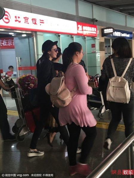 Luu Diec Phi kho vi fan cuong deo bam cau hon - Anh 6