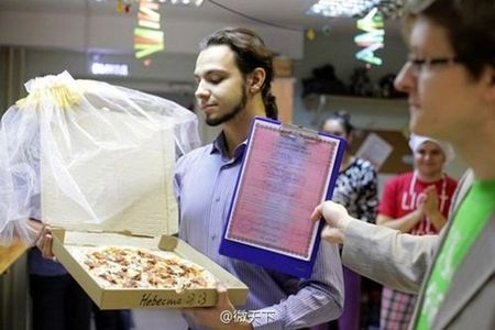 Chan doc than, chang trai cuoi pizza ve lam vo - Anh 1