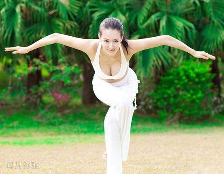 3 co giao yoga noi tieng voi than hinh qua goi cam - Anh 1