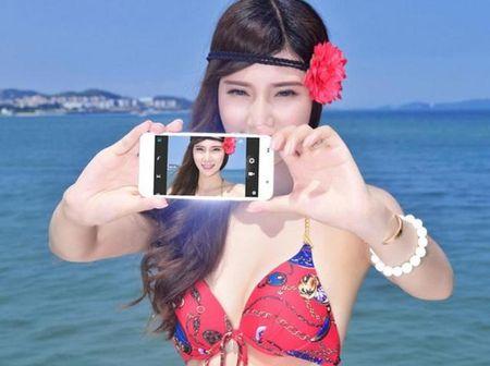 """Ngam """"tien nu bikini"""" tao dang cung smartphone thoi thuong - Anh 1"""