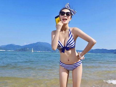 """Ngam """"tien nu bikini"""" tao dang cung smartphone thoi thuong - Anh 3"""
