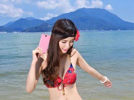 """Ngam """"tien nu bikini"""" tao dang cung smartphone thoi thuong - Anh 4"""
