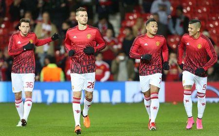 Hang cong 'hoa go', Man United mua day buoc minh - Anh 1