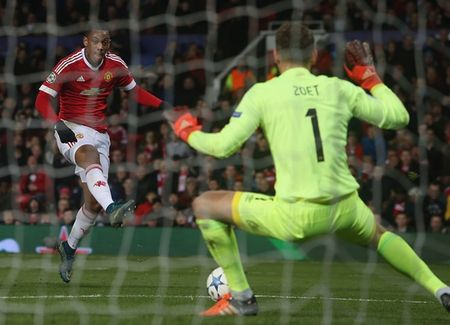 Hang cong 'hoa go', Man United mua day buoc minh - Anh 6