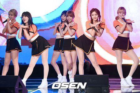 Girlgroup Han dien do sieu ngan lo chan tho giua troi lanh - Anh 1