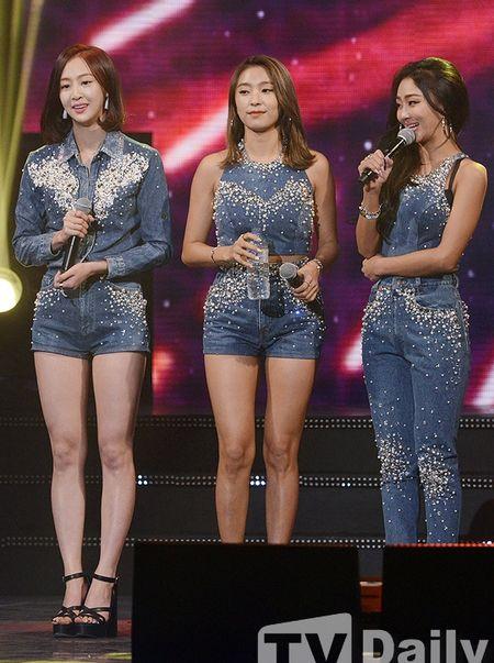 Girlgroup Han dien do sieu ngan lo chan tho giua troi lanh - Anh 7