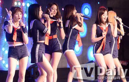 Girlgroup Han dien do sieu ngan lo chan tho giua troi lanh - Anh 9