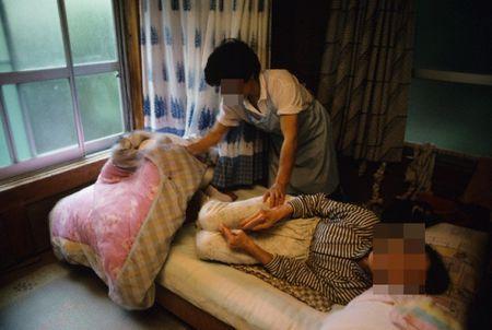 That long voi di vat me chong de lai cho con dau duoi chan giuong - Anh 1