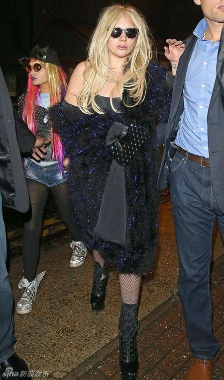 Lady Gaga dau toc bu xu, 'uon eo' tren duong pho - Anh 3