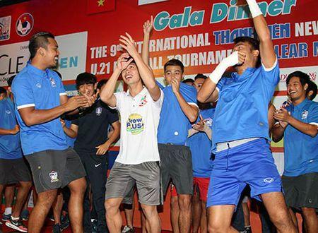 "Cong Phuong & U21 HAGL ""quay"" voi hit ""Vo nguoi ta"" - Anh 8"