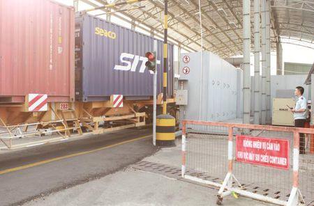 Hai quan TP.HCM: Gan 19.000 container kiem tra qua may soi - Anh 1