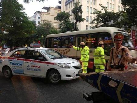 Truy ro lai xe taxi chong doi CSGT de xu ly nghiem - Anh 1