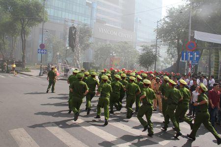 TP Ho Chi Minh: Cam 3 tuyen duong, 2000 nguoi tong duyet chua chay tai trung tam thanh pho - Anh 8