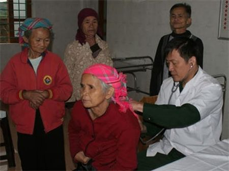 Tong cuc Ky thuat kham benh, cap thuoc cho nhieu doi tuong nguoi co cong - Anh 2
