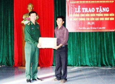Bo doi Bien phong TT-Hue tang may thong tin cho ngu dan - Anh 1