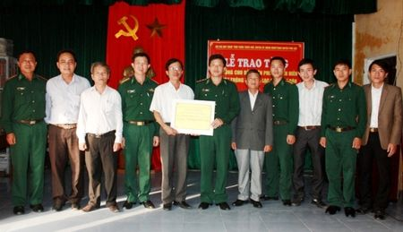 Bo doi Bien phong TT-Hue tang may thong tin cho ngu dan - Anh 2