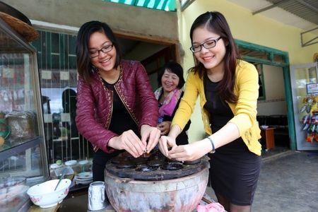 Co gai Da Nang mang hon 200 mon an Viet ra the gioi - Anh 1