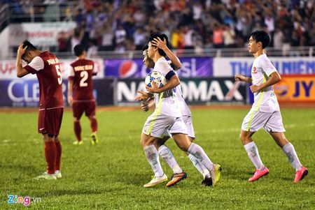 Cau thu HAGL vo oa sau khi gianh ve chung ket U21 quoc te - Anh 2