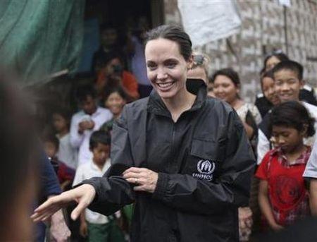 LHP Quoc te Campuchia nhan cu hich lon tu Angelina Jolie - Anh 1